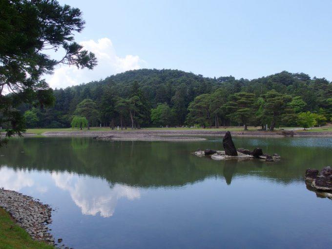 初夏の緑と青空を映す鏡のような毛越寺大泉ヶ池