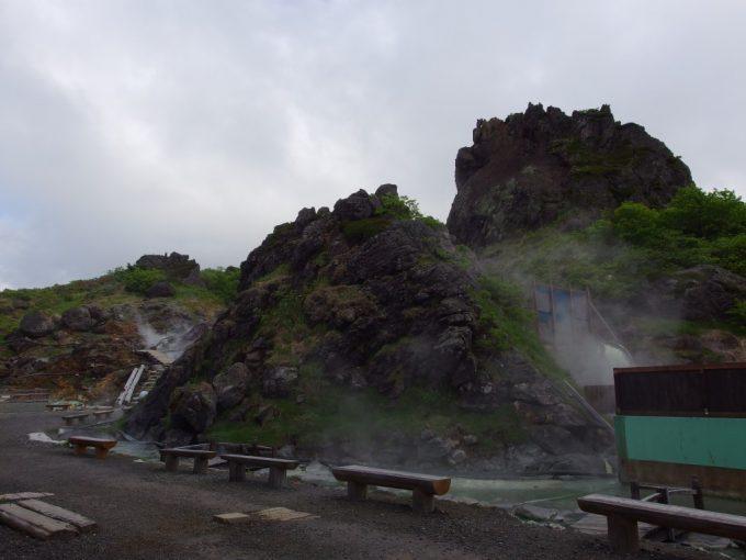 須川高原温泉のシンボル大日岩と川となって流れる温泉を利用した足湯