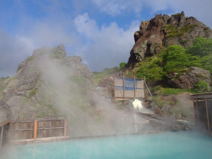 青白く輝くお湯を湛え大日岩を眺めながら入る須川高原温泉大露天風呂別名千人風呂