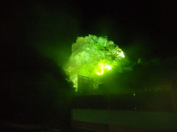 ライトアップされ夜空に浮かび上がる須川高原温泉大日岩
