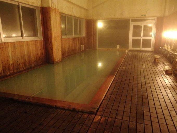 夜の須川高原温泉大浴場内湯