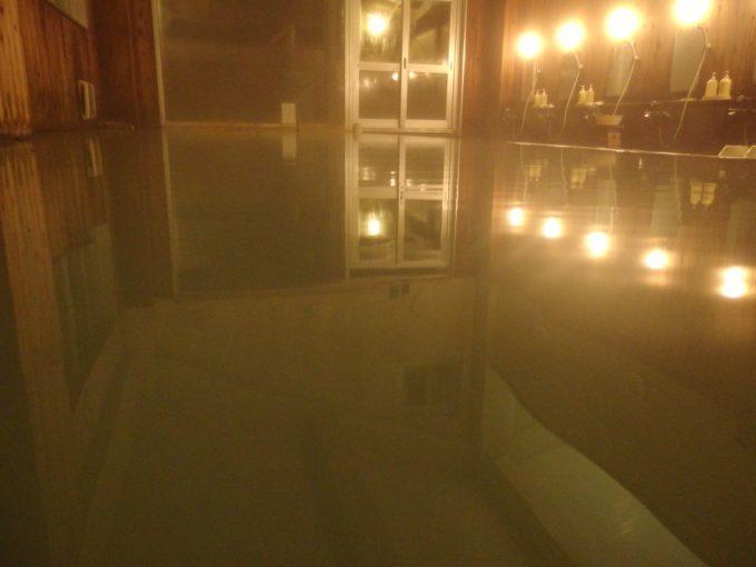 夜の静かな大浴場で味わう須川高原温泉のシルキーなにごり湯