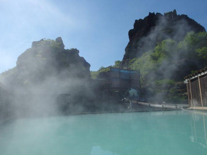 初夏の青空と須川高原温泉大露天風呂の美しい青白いお湯