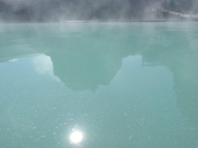 青磁のような美しい色と細かい湯の花が印象的な須川高原温泉大露天風呂のお湯