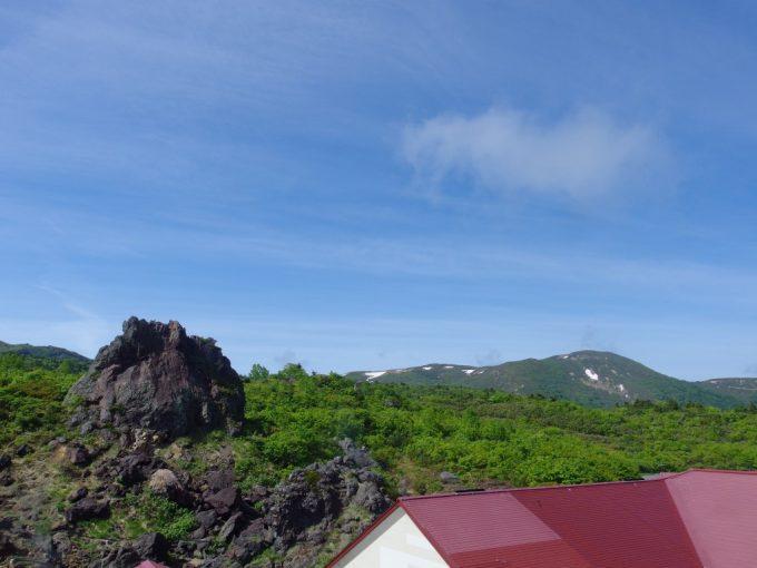 須川高原温泉から眺める晴れ渡る初夏の空と大日岩