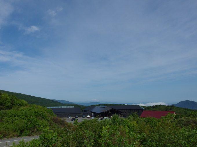岩手秋田県境から眺める初夏の青空と鳥海山