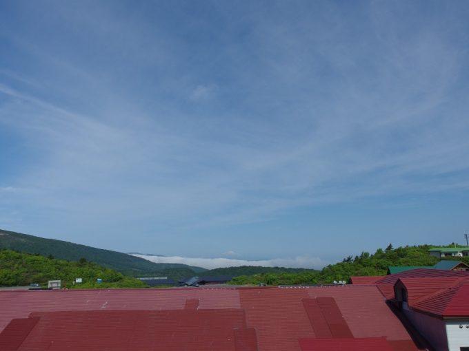 須川高原温泉の赤い屋根越しに見る雲海