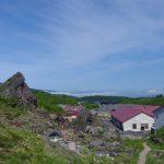 登山道から眺める大日岩と須川高原温泉