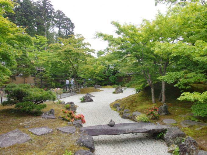 初夏の若緑と白砂の対比が美しい円通院枯山水