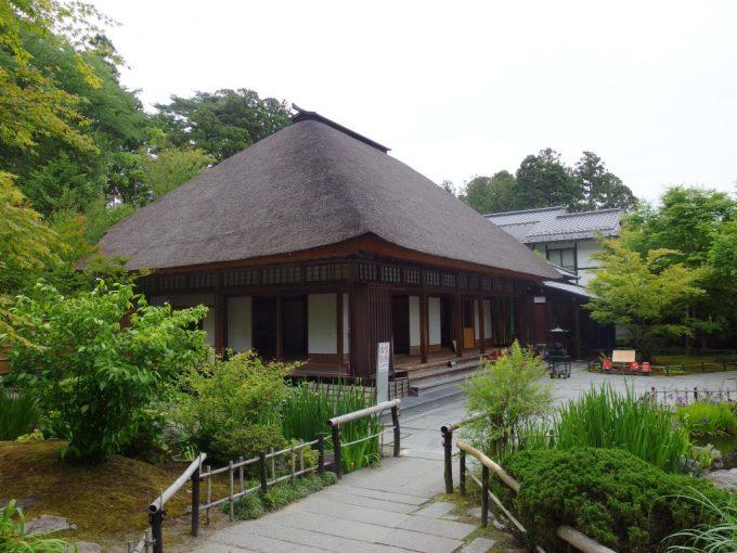 茅葺屋根が美しい東北の霊場松島円通院本堂大悲亭