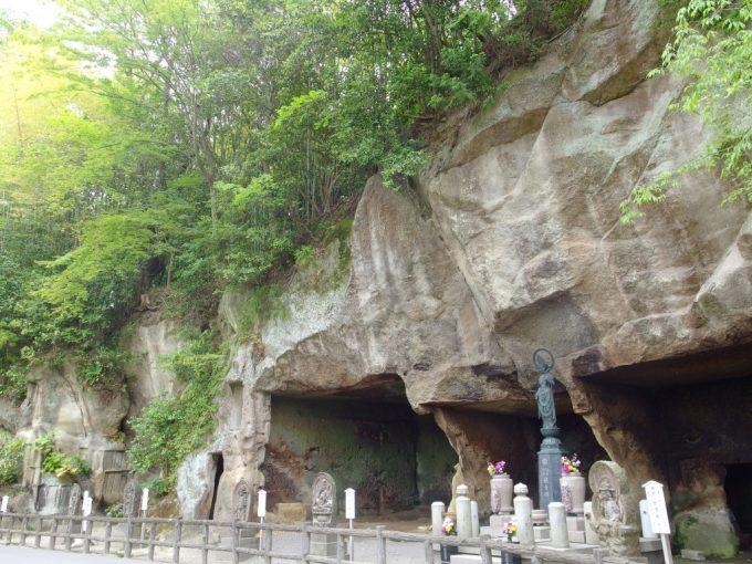 松島国宝瑞巌寺延々と連なる岩窟磨崖仏