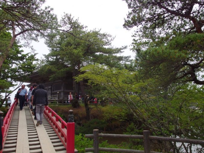 はしご状で下の海が見える日本三景松島五大堂の透かし橋