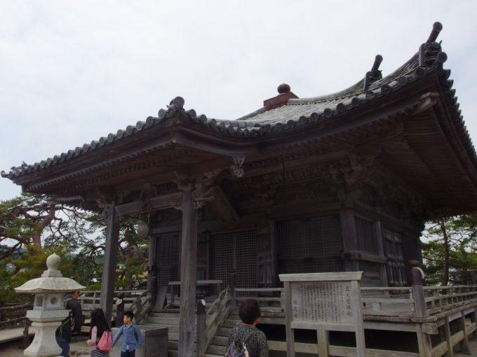 日本三景松島の海を眺めるように建つ五大堂