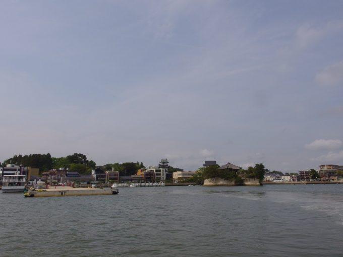 遊覧船は離岸し少しずつ遠ざかる松島の街並み