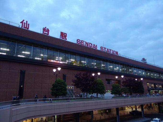 初夏の夕暮れ仙台駅