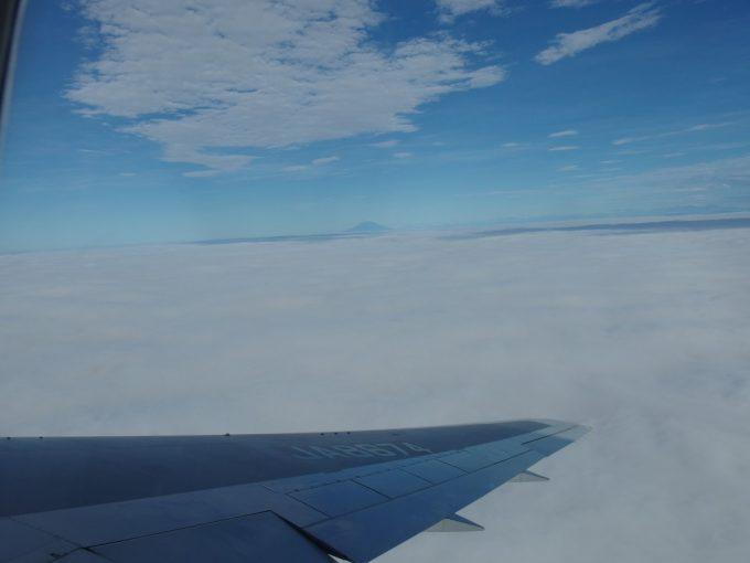 ANAB767石垣空港行きは梅雨空の羽田空港を離陸し雲海と遠くに富士山を望む