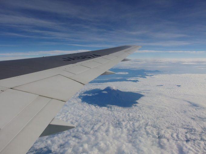 全日空石垣空港行きより見下ろす雲海と顔を出す富士山、信州のアルプス
