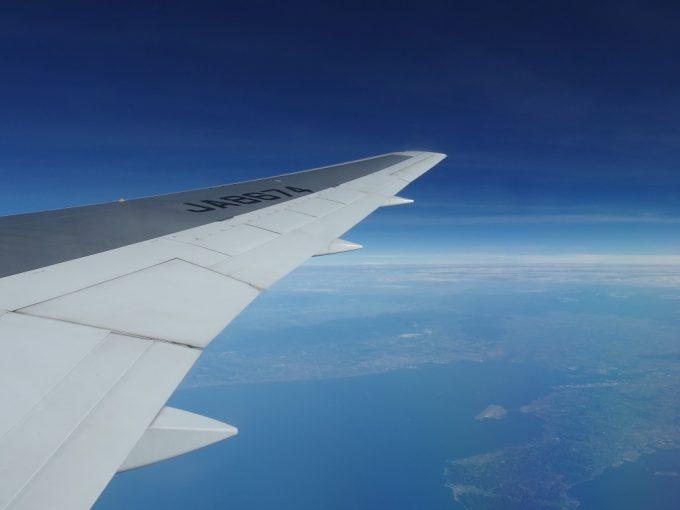 いつしか雲も消えてANA石垣空港行きは中部国際空港三河湾上空を通過