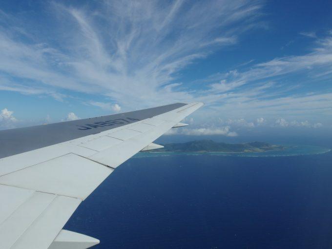 全日空機はぐんと高度を下げ石垣島と美しい珊瑚礁が見え始める