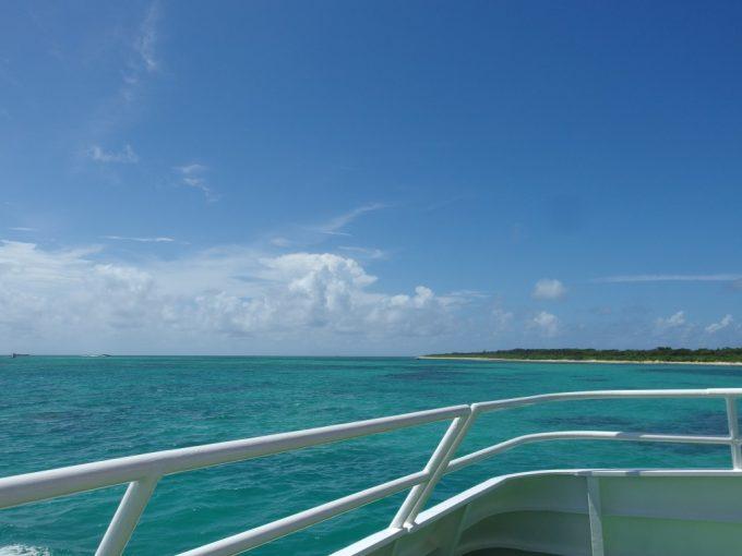 安栄観光高速客船のデッキから眺める見たこともない色の美しい海