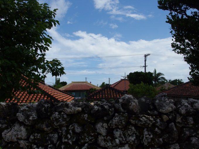 竹富島の古い石垣と赤瓦、青い空