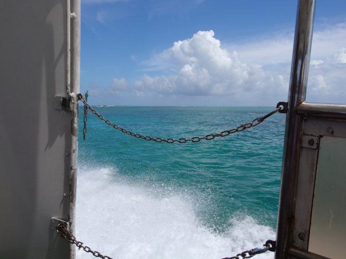 爆音とものすごい水しぶきを上げて爆走する安栄観光の高速船
