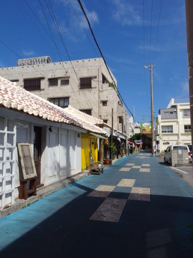 赤瓦の屋根や青い舗装が南国ムードを盛り上げる石垣島の街