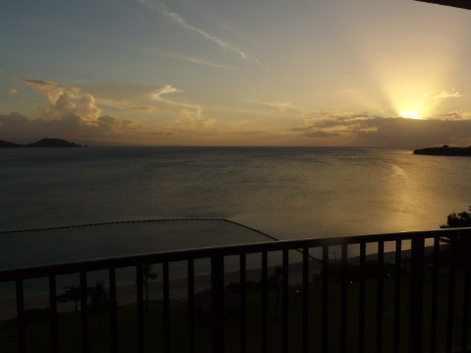 石垣シーサイドホテルてぃーだ館デラックスタイプ客室から眺める素晴らしい底地ビーチの夕日