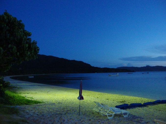 夕闇に包まれつつある静かな底地ビーチ