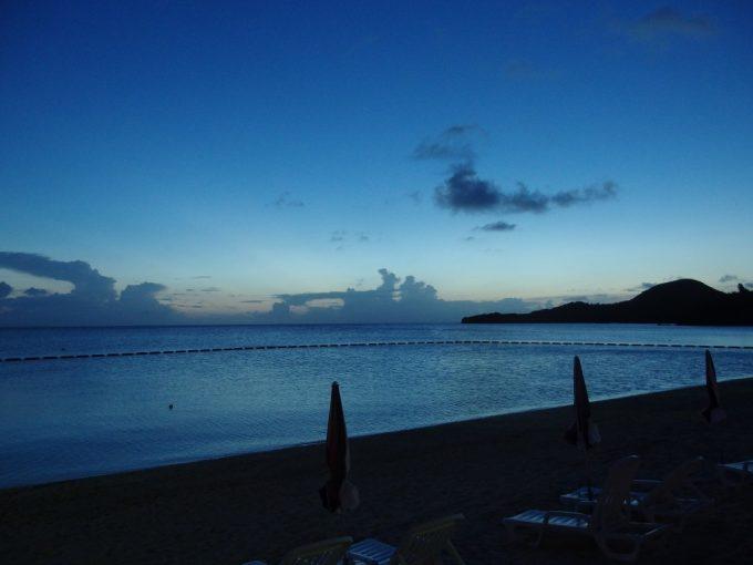 最後の太陽の名残をみせる穏やかな底地ビーチ