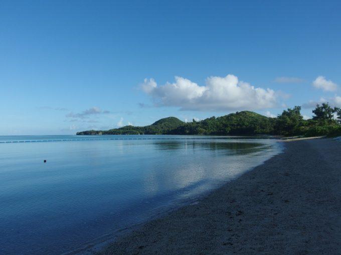 朝食後人影のない静かな底地ビーチを散歩する