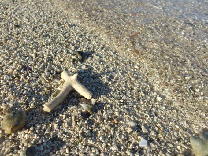 朝日に照らされ輝く底地ビーチの白い砂と珊瑚の欠片