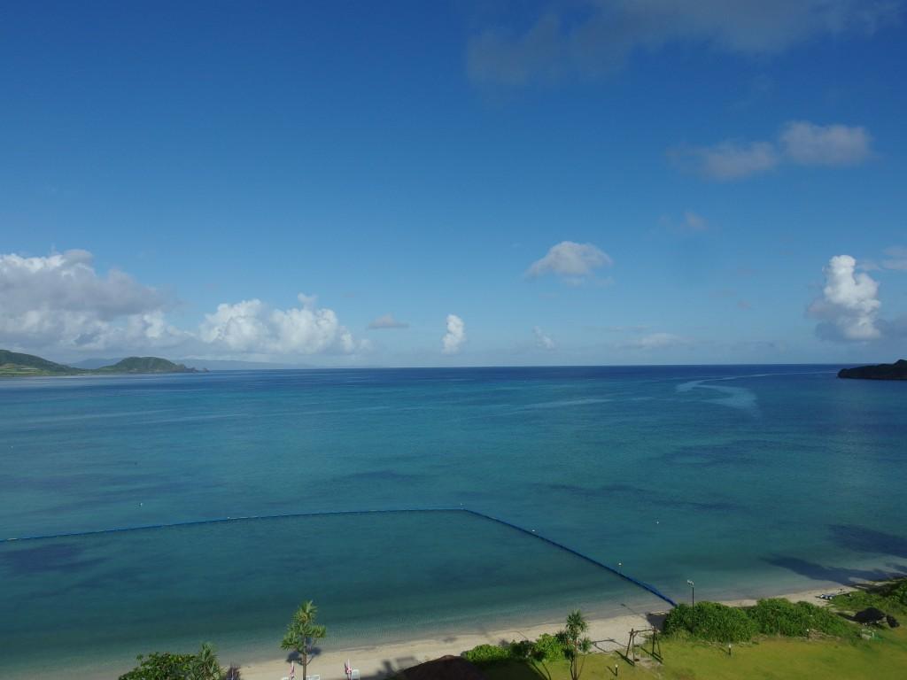 石垣シーサイドホテルオーシャンビューの客室から一望する青い海