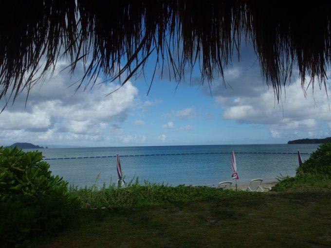石垣シーサイドホテル南国の雰囲気に包まれるビーチとプール