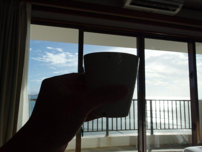 底地ビーチの青い海と青い空を眺めながら泡盛古酒を楽しむ石垣島での午後
