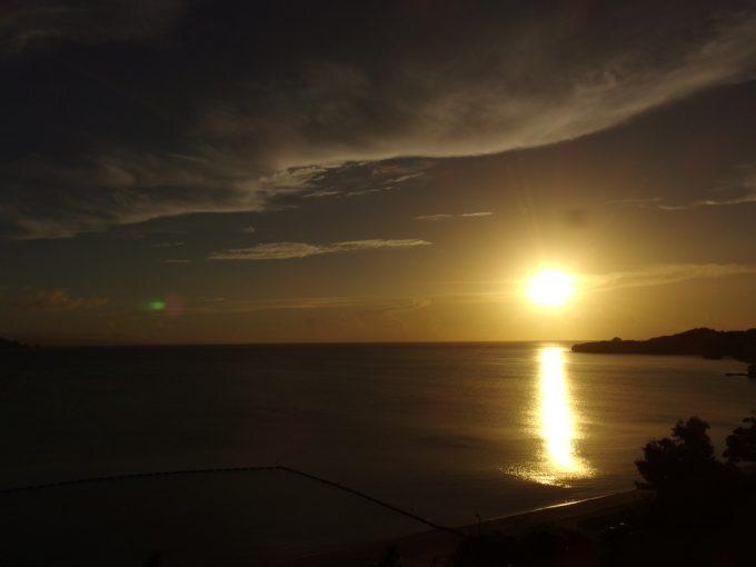 石垣シーサイドホテルオーシャンビューの客室から眺める黄金の夕日に輝く海