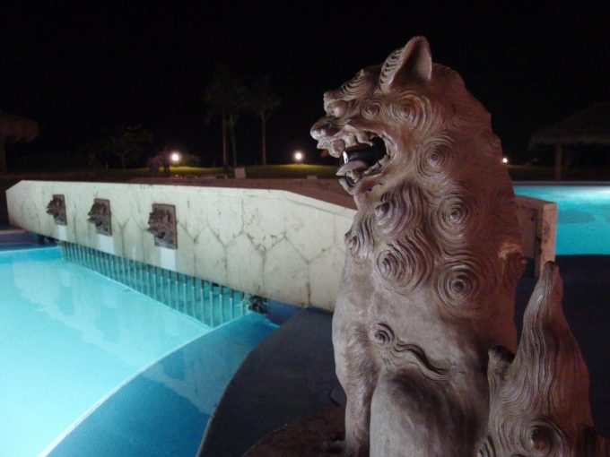 石垣シーサイドホテル夜のプールを見つめるシーサー君