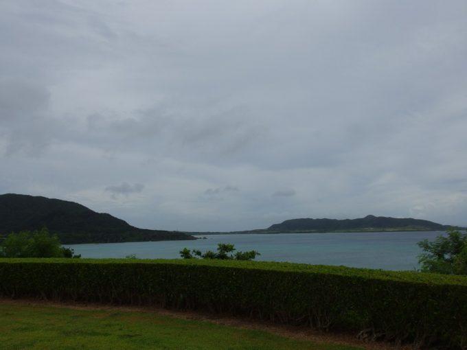 川平石崎への道から眺める底地ビーチと崎枝湾