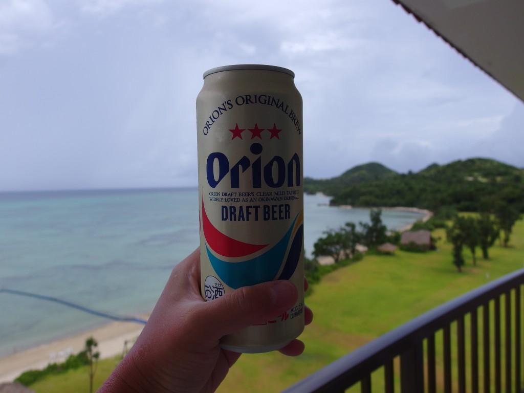 雨の昼下がり石垣島の海を見ながら飲むオリオンビール