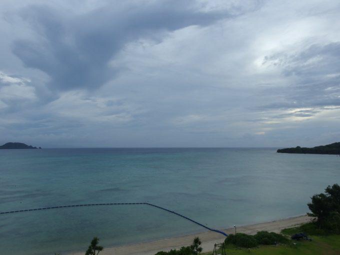 曇り空の底地ビーチ