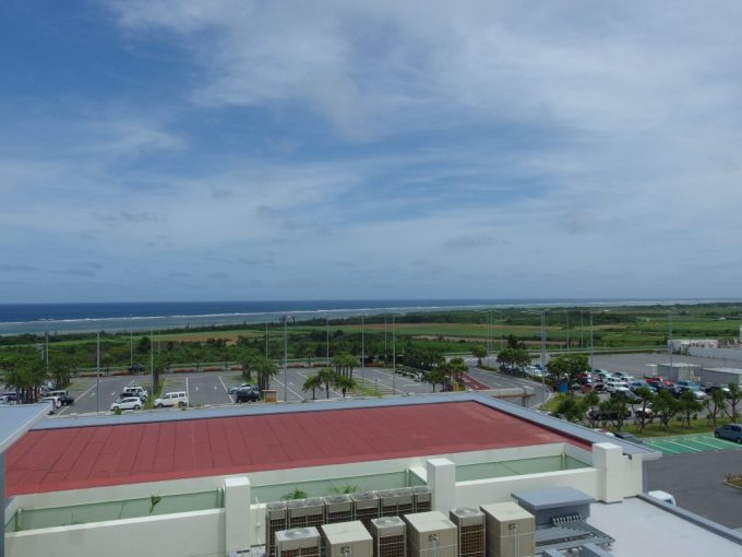 南ぬ島石垣空港展望デッキから眺める青い海と青い空