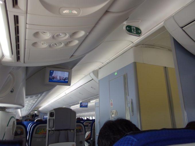 天井が高く開放感があるB787機内