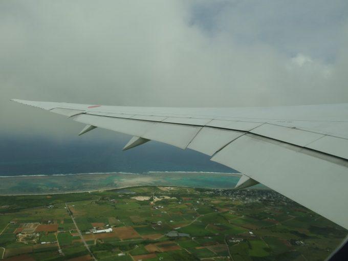 全日空機より眺める石垣島の青い海と珊瑚礁