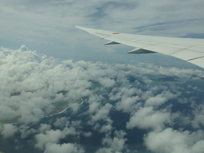飛行機は高度を上げ沖縄の青く美しい海に別れを告げる