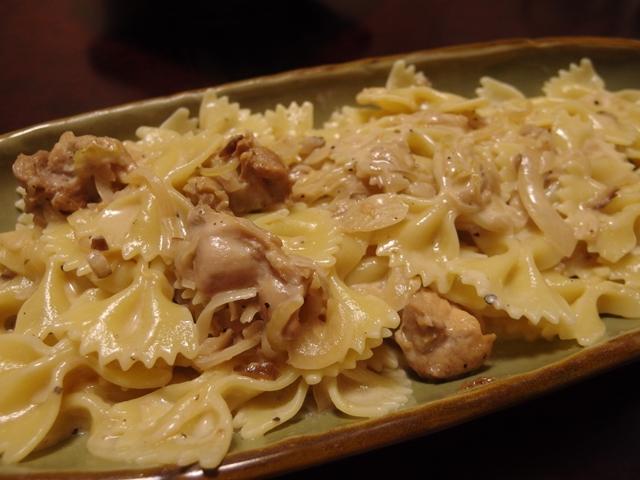 いぶりがっこと焼きチキンのチーズクリームパスタ