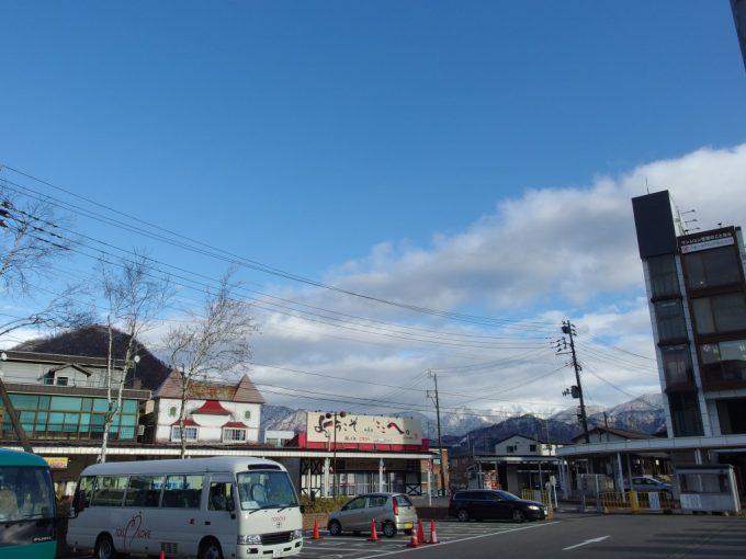 晩秋の越後湯沢から望む谷川岳方面の雪山