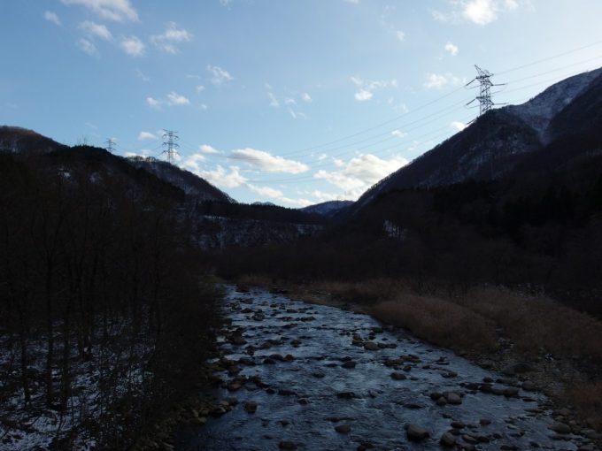 貝掛橋より望む清津川と雪化粧の山