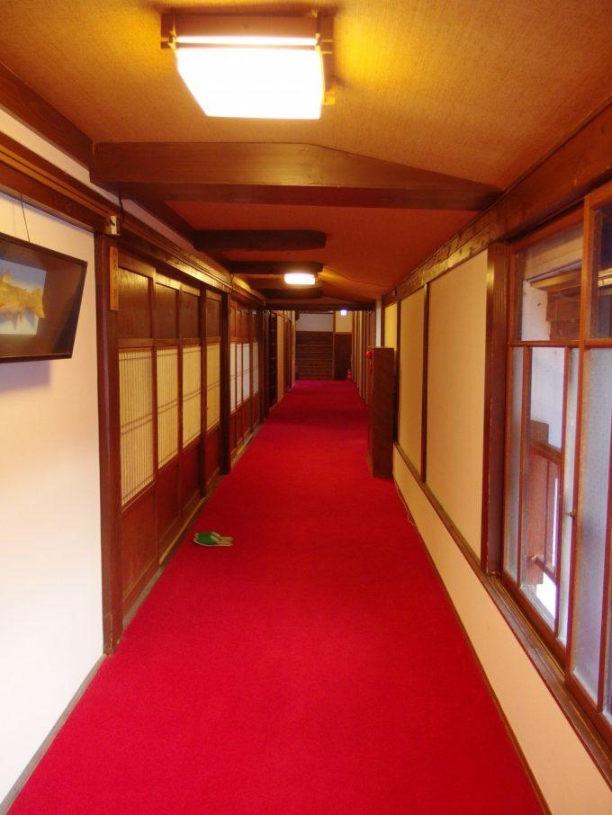 奥湯沢秘湯貝掛温泉明治時代建築の渋い建物落ち着いた廊下