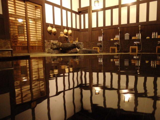 奥湯沢秘湯貝掛温泉大浴場内湯で味わう眼の湯