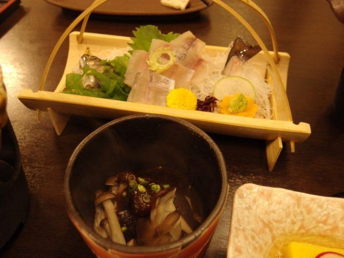 奥湯沢秘湯貝掛温泉鶏と茸の味噌風味と別注の岩魚刺身